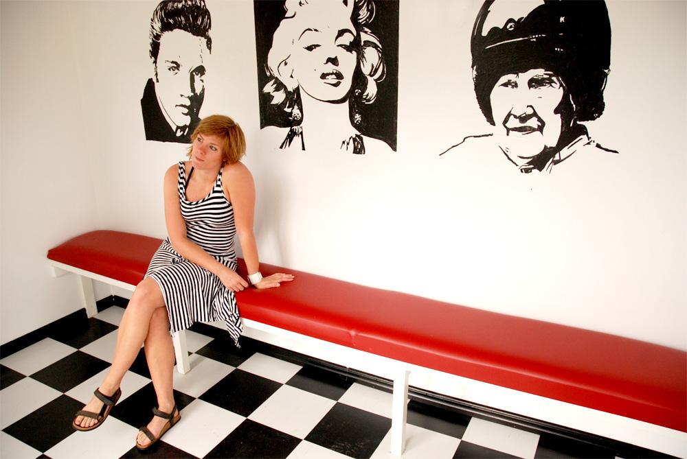 """Interiör efter renovering, nytt golv, ny bänk, väggar lagade och ommålade och fondvägg försedd med målningar av Elvis, Marilyn Monroe, och Emmanuel """"Manne"""" Classon."""