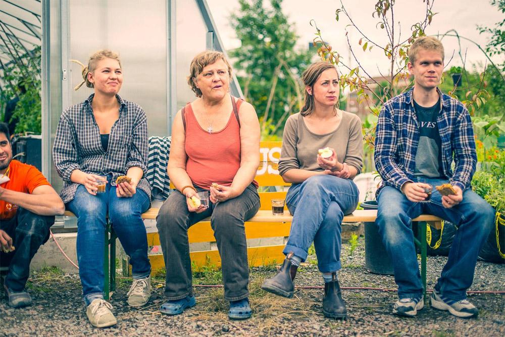 Paus på bänken utanför växthus1