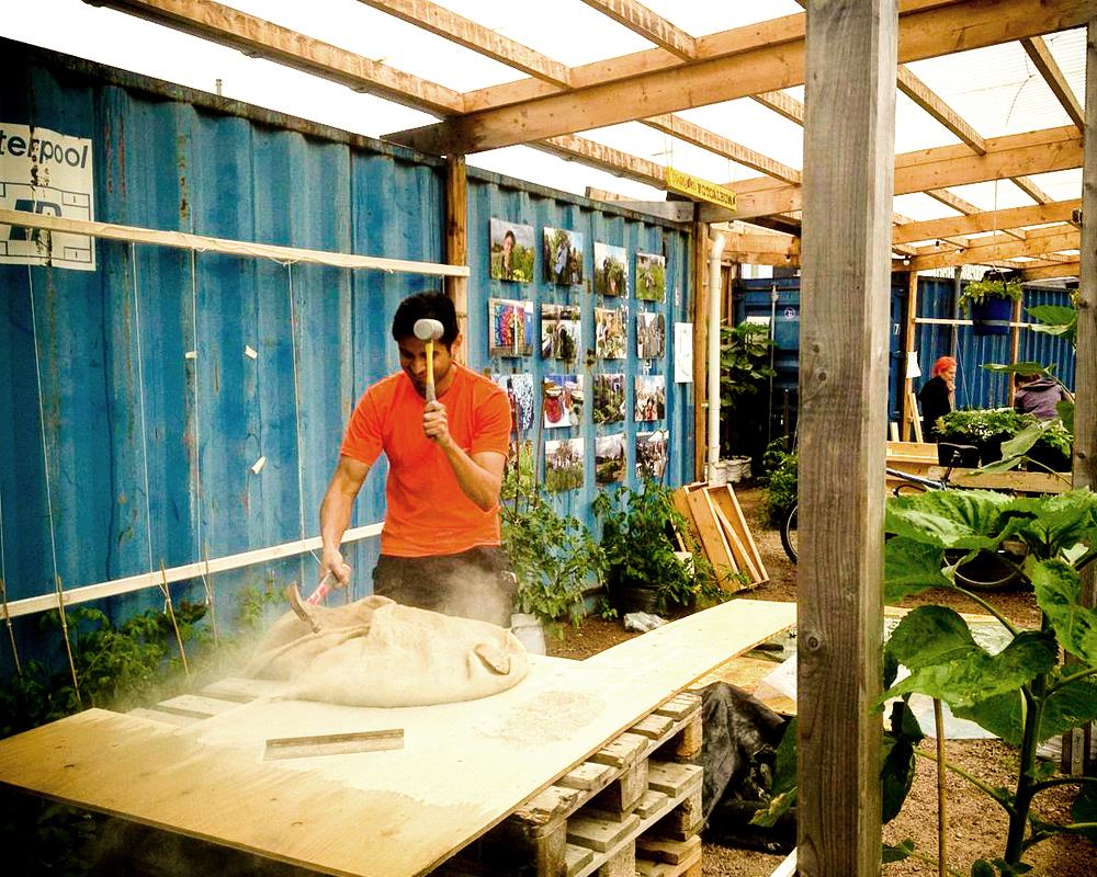 David hamrar torkade lerklumpar till pulver